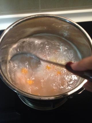 De vez en cuando (cada 10 minutos más o menos), use un cucharón de sopa para el desguace suavemente el fondo de la cacerola para aflojar y desprender los granos de arroz que se pegan a la parte inferior.