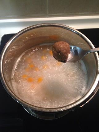 Añadir todas las bolas de carne de cerdo marinado.