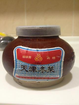 Tianjin hortalizas conservadas (Tianjin conserva col) es un tipo de encurtido de repollo chino originario de Tianjin, China. Usted puede encontrar esto fácilmente en su tienda china local.