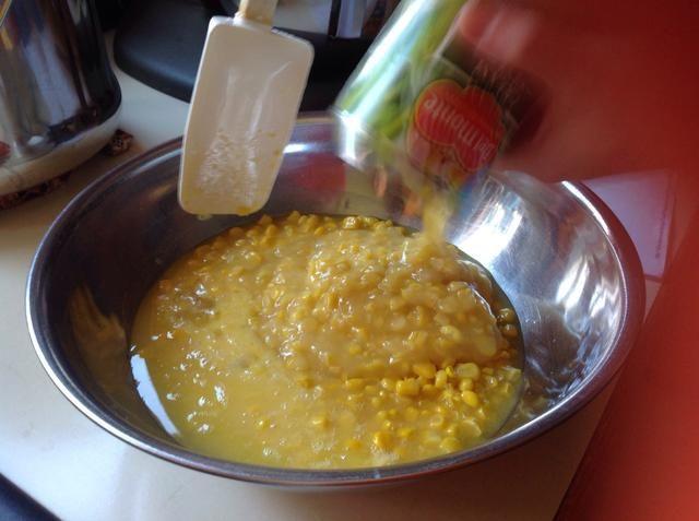 A continuación, añadir y mezclar la otra lata