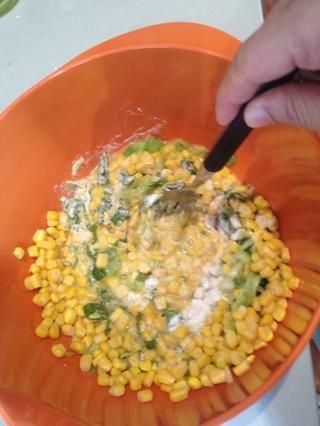 Mezcle el maíz, harina, agua, huevos, cebolla, sal y pimienta en un tazón grande hasta que estén bien combinados.