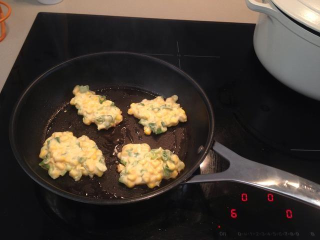 Precaliente el sartén con 2 cucharadas de aceite en medio a fuego alto. Coloque 4 porciones de la mezcla en el molde churro y extender uniformemente. Cocine durante 4 minutos por cada lado hasta que estén bien marrón