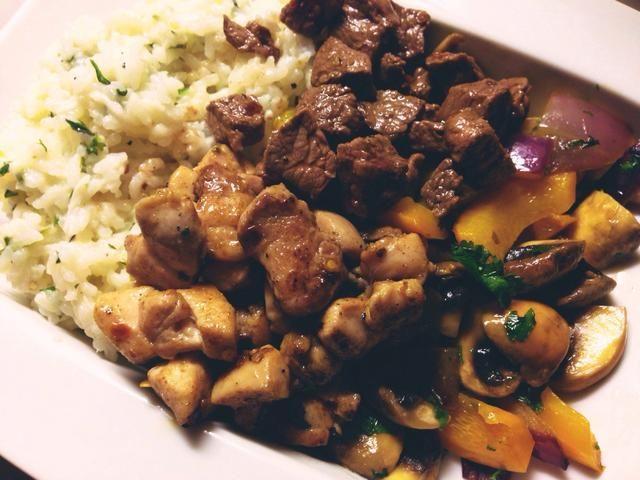 Coloque la carne y verduras con el arroz y servir! ¡Disfrutar!