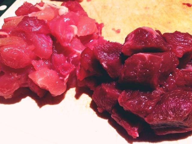 Cortar su carne y pollo en trozos pequeños de tamaño de mordedura.