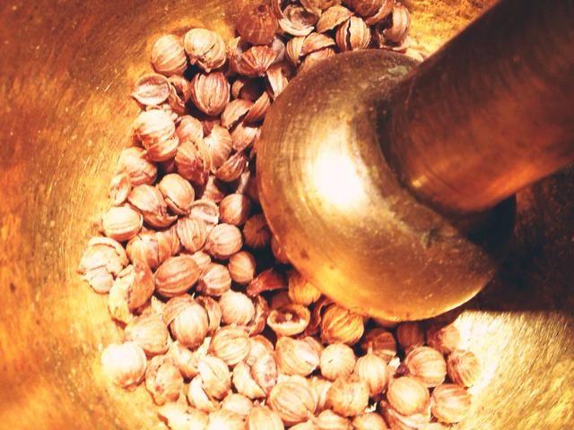 Puede usar comprados en la tienda de cilantro pre-tierra, pero yo personalmente prefiero comprar las semillas y les moler a mí mismo.