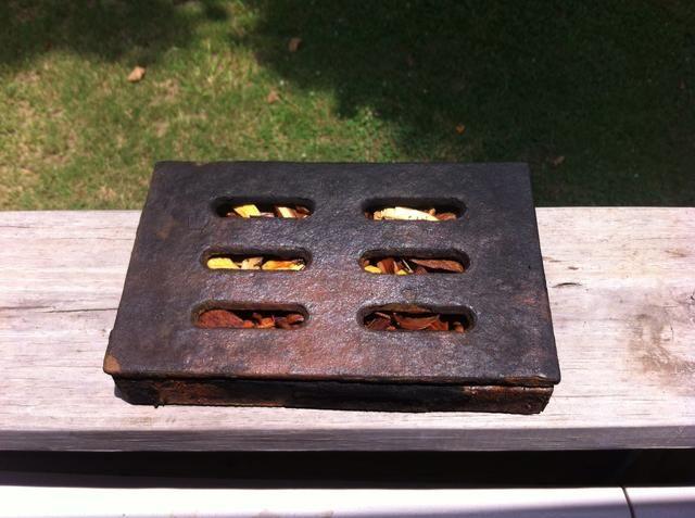 Retire las virutas de madera del agua y colocarlos en la caja del ahumador.