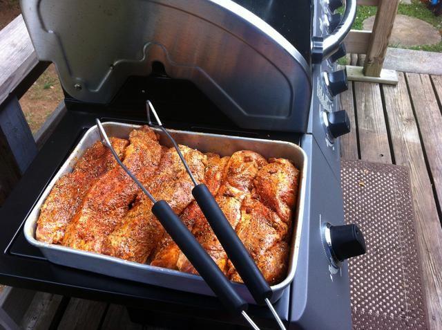 La carne se ha frotado y está listo para ir a la parrilla. Encienda el fuego a medio después abrasador cada lado para permitir el tiempo de aplicar humo para cada costilla.