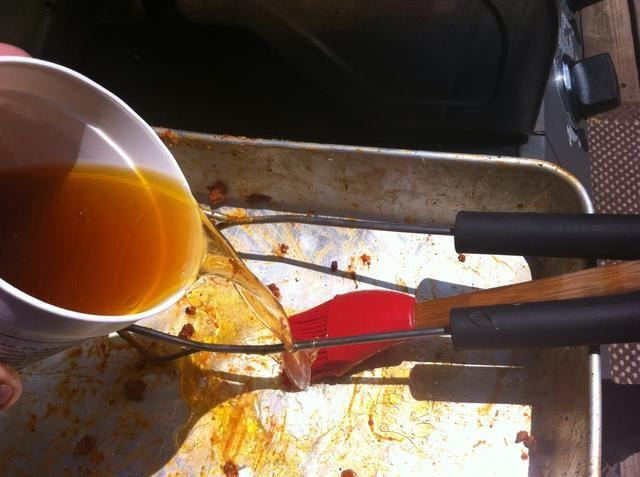 Después de poner las costillas en la parrilla caliente, vierta la salsa fregona en la sartén y mezclar con cualquier roce restante.