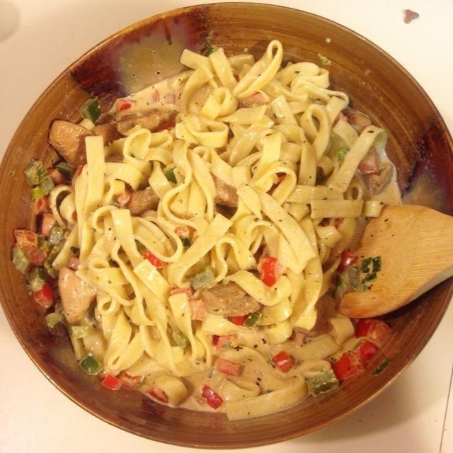 Vierta la salsa sobre la pasta en un bol grande y mezclar suavemente juntos.