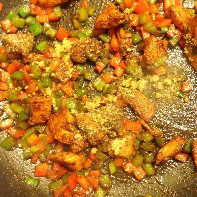 Agregue su mezcla de especias y ajo picado.