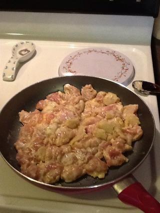 Caliente el aceite en la sartén, poner la sal y la pimienta en el pollo y luego agregue el pollo a la sartén. Cocine el pollo hasta que se vuelve una luz doradas, pero no bien cocido.