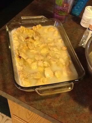 Coloque el pollo en una fuente para horno y verter la salsa de coco por encima. También puede agregar coco rallado en la parte superior de la gallina para un mayor sabor a coco.