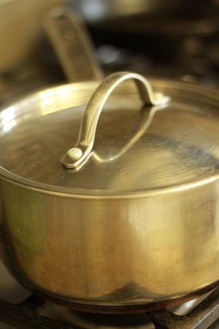 Coloque una tapa en la olla y agitar bien hasta que las patatas jodidas (esto es lo que los hará crujientes, confía en mí!)