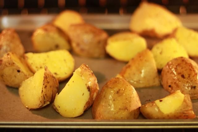 Cocer en el horno durante 25 minutos, dando vuelta las papas durante la mitad de para asegurarse de que se doren por todos lados.