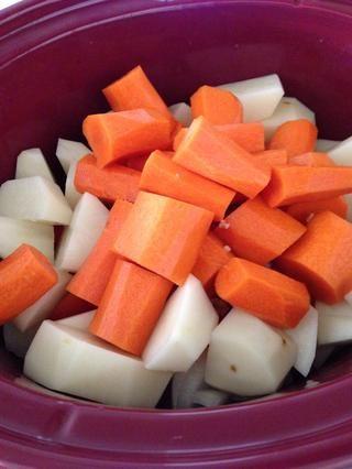 Seguido por la mordedura de tamaño zanahorias y patatas.