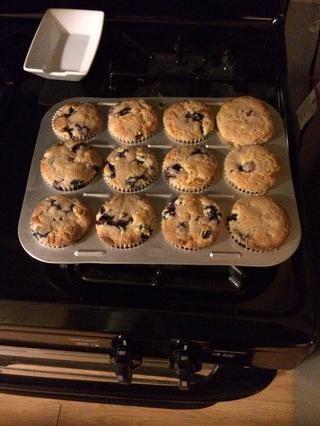 Rellene revestimientos para muffins, espolvorear sobre la miga y hornear durante 20-25 minutos
