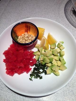 Cortar los ingredientes húmedos en cubos (tomate y aguacate) y picar finamente las albahacas. Preparar 2-3 rodajas de limón. Todos estos ingredientes se utilizarán para lanzar más tarde.
