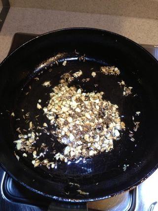 Caliente la sartén con aceite de oliva a fuego lento. Sartén de ajo picados primero seguido de comino. Retire la sartén del fuego una vez que el ajo se vuelve marrón claro de oro