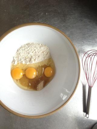 Añadir el azúcar, los huevos y la harina a la taza.
