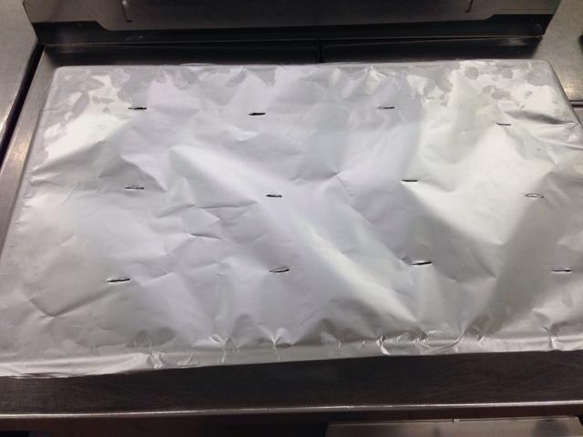 Y a continuación, papel de aluminio, meter algunos agujeros en la parte superior con un cuchillo de emparejamiento. A continuación, coloque en un horno a 350 grados.