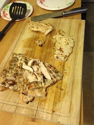 Cocine el pollo. Ver mis otras guías para cocinar pollo para ideas de recetas. Esta es la receta de pollo parmesano fácil y sana con romero agregó.
