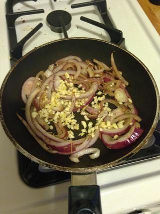 Después de que el marrón cebolla para un poco, echar el ajo.