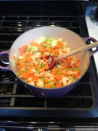 Brown en 1 cucharada. zanahorias aceite de oliva, el apio y la cebolla.