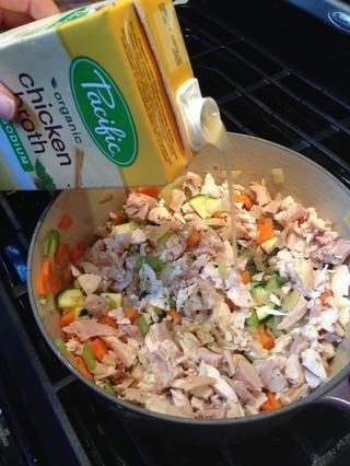 Agregue el caldo de verduras y pollo picado.