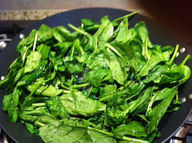 Espinacas Rehogar en el aceite de sésamo y aceite de oliva para el gusto. Añadir una pizca de S / P.