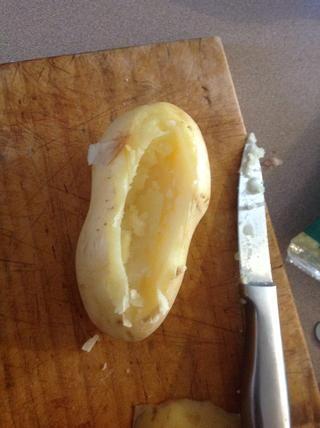 Cuando las papas estén cocidas hacer un agujero y retire la pulpa con una cuchara. Saque todo lo que quieras