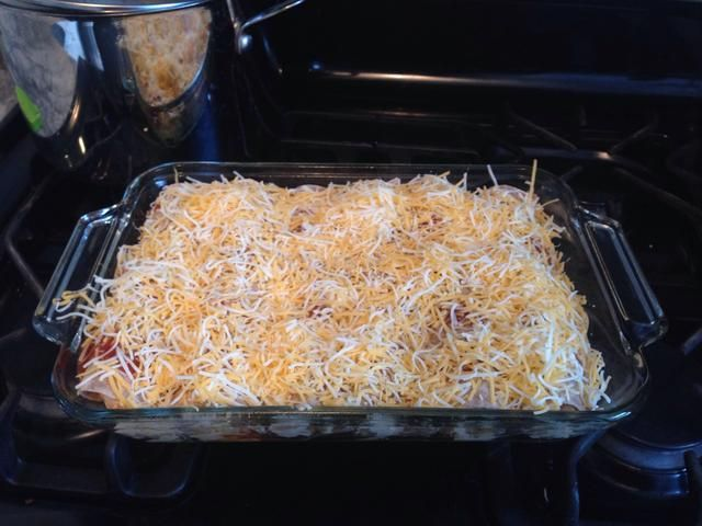 Difundir el resto de la salsa de enchilada en la parte superior y cubrir con el queso!