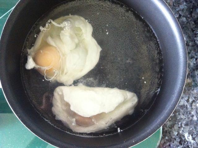 Hervir el agua y añadir el vinagre, lentamente vierta el huevo en el agua hirviendo y dejar cocer bajo el agua humeante ..