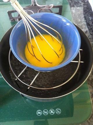 Ahora, agregue la mantequilla (derretida) y jugo de limón, pierda de vista del calor y revuelva constantemente hasta que la yema's a runny texture..