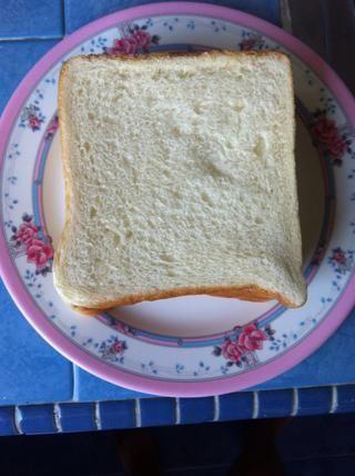 Obtener una rebanada normal de pan .. ** Se utiliza este pan como yo era perezoso para hacer'em english muffins, haha ( it taste equally delicious, ohwells )