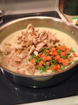 Agregue las verduras, pollo y jugo de limón y cocine a fuego lento hasta que esté bien caliente, 2-3 minutos.