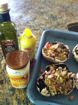 rocíe una cacerola horno .. establecer las setas y rellenarlos .. añadir 2 cucharadas de salsa y cubra con el queso favorito