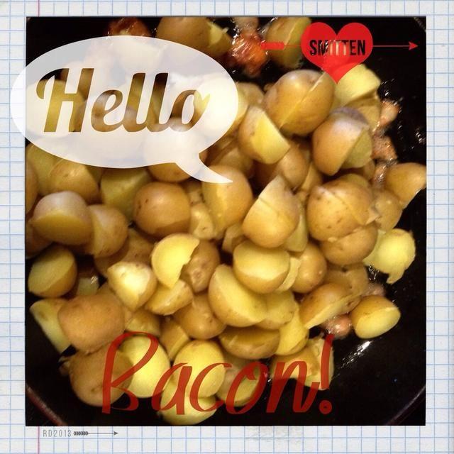 Añadir las patatas cocidas y rebanadas de tocino. Mezcla.