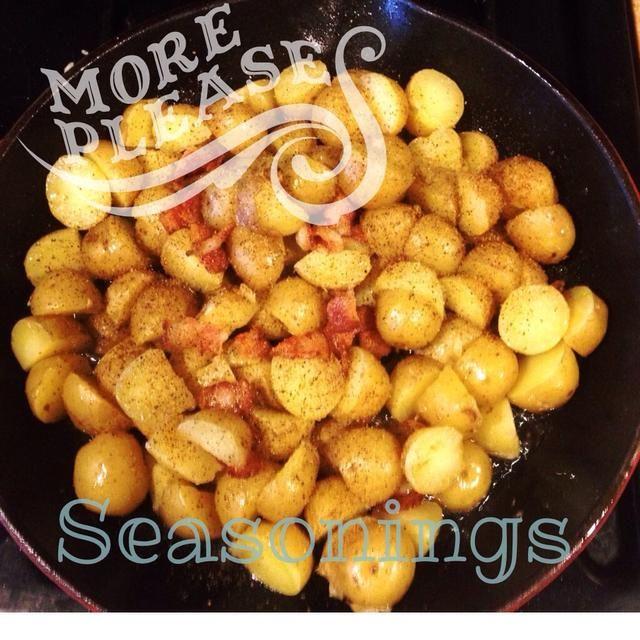 Añadir condimento ... sal, pimienta, condimento cajun. El condimento es totalmente de su agrado, que sea más picante o menos picante. Sólo recuerde que el tocino es salada ya, así que agregue sal a su discreción.