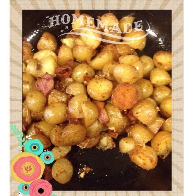 Cocine hasta que las papas son de color marrón. Escurrir sobre papel de cocina si el tocino prestado demasiada grasa.