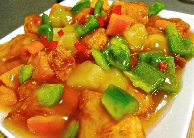 Para servir, estratificar el pollo cocido, pimientos cortados y rodajas de piña en un plato. Finalmente se vierte la salsa sobre el pollo. Servir con arroz.