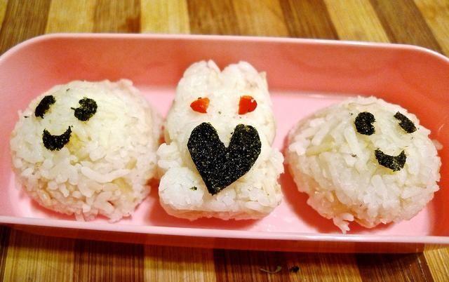 Decorar el arroz bento.