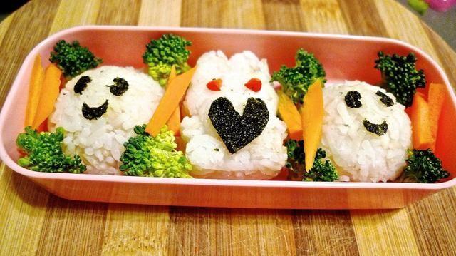 Brócoli corte último Blanch y las zanahorias en agua caliente. Colóquelos con el arroz, por lo tanto, proporcionar un paquete de almuerzo saludable. Más importante aún, será de interés para los niños que no les gusta las verduras o los más caprichosos!