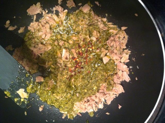 Añadir pesto y chile copos (agregar tanto escamas como u puede manejar)