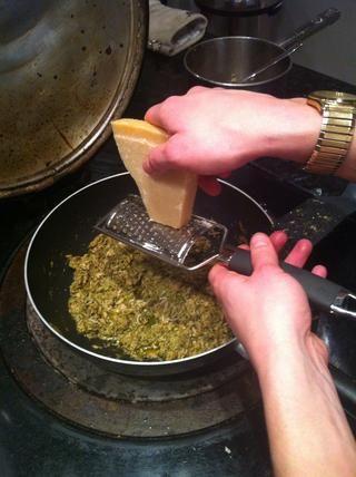 Rallar un poco de queso parmesano en pesto de atún