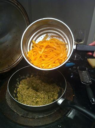 Cuando la pasta esté casi cocinar agregar al pesto atún con poco de agua de cocción de la pasta