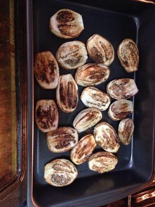 Rocíe con aceite de oliva, añadir sal y pimienta y coloque en el horno de asar a la parrilla durante 25 minutos. Compruebe y cuando marrón saques del horno.