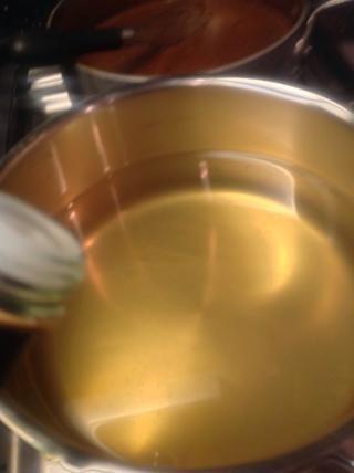 Ahora agregue el vinagre a una olla llena un tercio