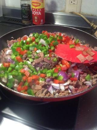 Cuando las proteínas se cocinan a mitad de camino, añadir las verduras y dejar cocer a fuego lento.