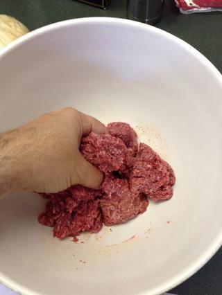Mezclar en una pizca de sal gruesa, o aproximadamente 1/4 cucharadita de sal de mesa, y pimienta negro. Mezclar los condimentos, pero don't