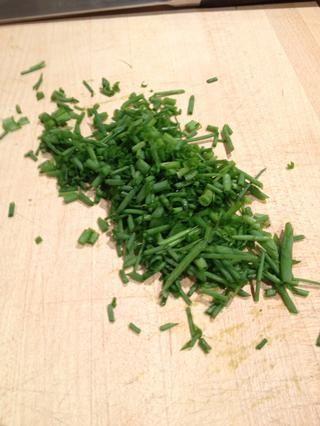 Picar las cebolletas frescas.